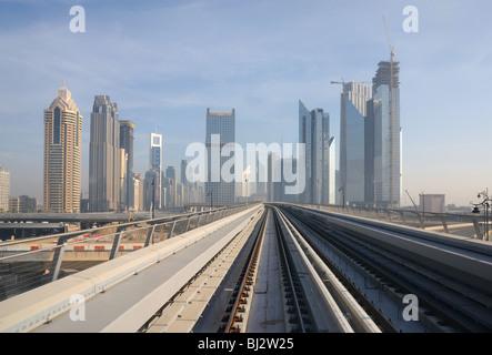 U-Bahn-Gleise in Sheikh Zayed Road, Dubai Vereinigte Arabische Emirate - Stockfoto