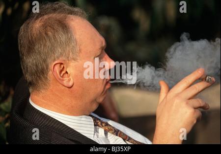 Ein Gentleman, gekleidet in einem Nadelstreifen Anzug von älteren Arbeitnehmern in England, bevorzugt atmet den - Stockfoto