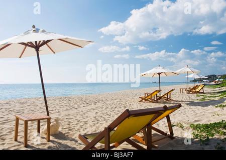 Sonnenschirme und Liegestühle auf der Sandstrand Klong Nin Beach, Ko Lanta oder Koh Lanta Insel, Krabi, Thailand, - Stockfoto