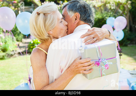 Reife Frau küsst reifen Mann. - Stockfoto