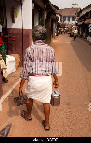 Indien, Kerala, Calicut, Kozhikode, Halwa Basar, Chai Wallah liefert heiße Morgentee, Lebensmittelgeschäfte Großhändler - Stockfoto