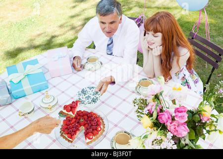 reifer Mann ist einen Stück Kuchen angeboten. - Stockfoto