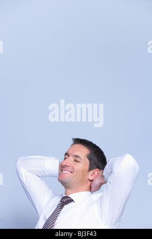 Geschäftsmann sucht entspannt lächelnd - Stockfoto