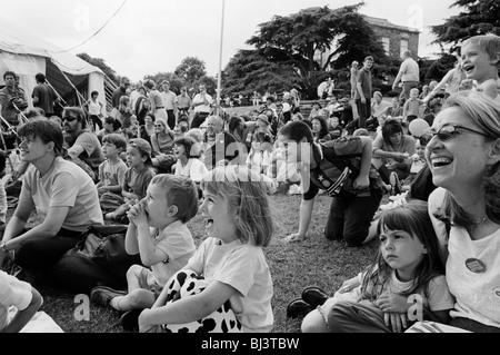 Eine Menge von Londonern lachen während des Nachmittags Punch and Judy show bei The Lambeth Show in Brockwell Park. - Stockfoto