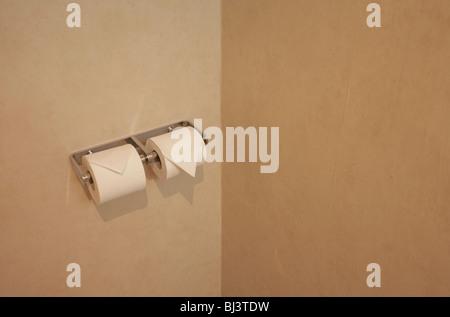 Zwei sorgfältig gefaltete Toilettenpapierrollen sind bereit für den Einsatz in Paris Hotel Zimmer WC. - Stockfoto