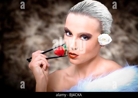 Junge Frau mit Erdbeere und Fell - Stockfoto