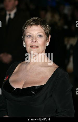 DAME JUDI DENCH QUANTUM OF SOLACE FILM PREMIERE ODEON und reich Kinos WEST END LEICESTER SQUARE in LONDON ENGLAND - Stockfoto