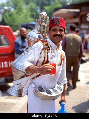 Lächelnde Wasser Verkäufer in Gewürz-Basar (Misir Carsisi), Istanbul, Istanbul Provinz, Republik Türkei - Stockfoto