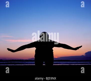 Balance Ball auf Rücken Mann - Stockfoto