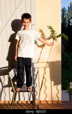 kleiner Junge auf einem Stuhl - Stockfoto