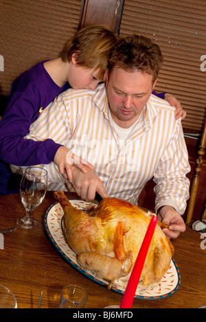 Vater und Sohn schnitzen die Weihnachten Türkei. St Paul Minnesota USA - Stockfoto