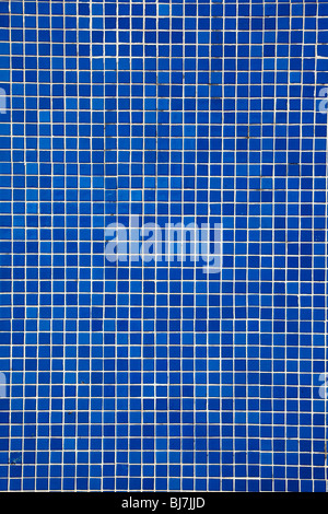 blaue Mosaik-Fliesen an der Wand - Stockfoto