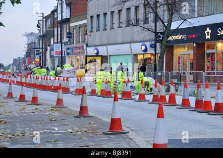 Arbeiter verlegen neue Granit Pflastersteine in High Street einkaufen - Stockfoto