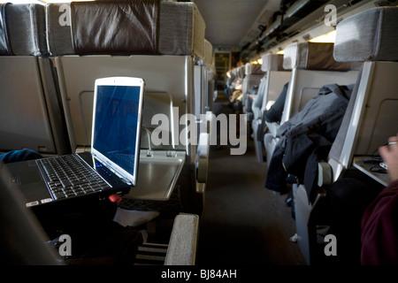Ein Laptop in einem Zug Wagen auf den Service der Eurostar nach London von Paris durch den Eurotunnel. - Stockfoto