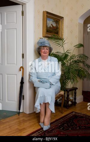 ältere Frau bereit, auf die Pferderennbahn zu gehen - Stockfoto