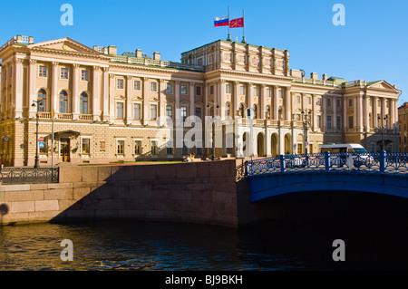 Die blaue Brücke und Marienpalast (jetzt von der Stadtverwaltung verwendet), St Isaacs Square, St Petersburg, Russland - Stockfoto