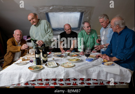 """Eine Gruppe von Männern gesammelt für eine """"letzte Abendmahl"""" Tableau-Dinner-Party im Loft-Stil - Stockfoto"""