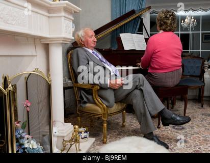 Älteres Paar zu Hause rezitieren Musik - Stockfoto