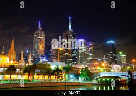 Melbourne City Zentrum Skyline bei Nacht: der Blick in Richtung Princes Bridge und der CBD - Stockfoto