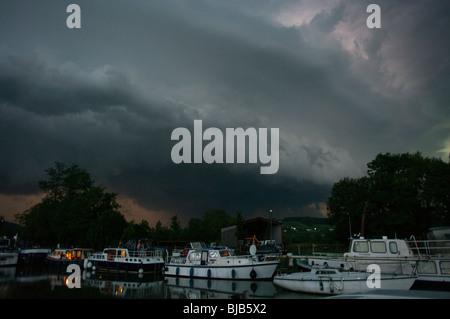 Sturm Wolken über Boote festgemacht Urlaub am Canal De La Laterale à la Loire bei St. Satur, Cher, Frankreich - Stockfoto
