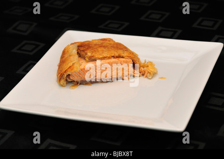 Lachs de Rolle auf weißem Teller auf schwarze Tischdecke - Stockfoto