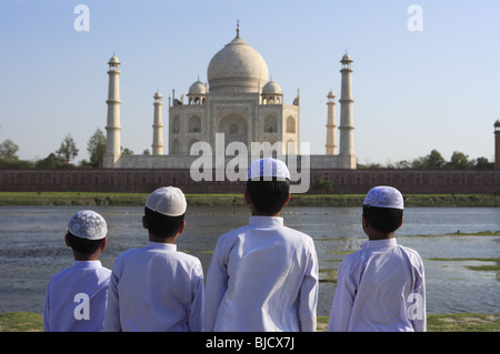 Muslimische Jungen religiösen Gebet Namaz vor Taj Mahal am Ufer des Flusses Yamuna durchführen; Agra; Uttar Pradesh; - Stockfoto
