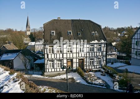 Fachwerkhäuser in Gruiten Dorf in der Nähe von Düsseldorf, NRW, Deutschland. - Stockfoto