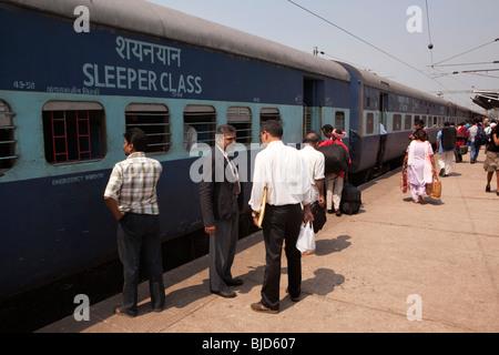 Indien, Kerala, Kochi, Ernakulam Bahnhof Fahrkartenkontrolleur im Gespräch mit Pkw außerhalb Schlafwagen - Stockfoto