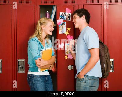 Teenager-Paar in der Schule. - Stockfoto