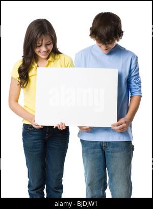junges Paar mit einem Schild - Stockfoto