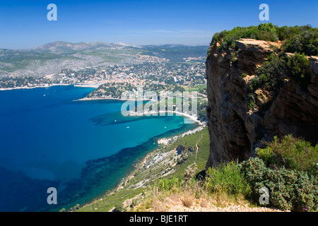 Cassis, Provence, Frankreich. Blick über die Mittelmeerküste von Cap Canaille. - Stockfoto