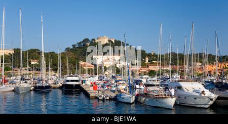 Porquerolles, Provence, Frankreich. Blick über den Hafen, das Dorf und Hügel Fort Ste-Agathe. - Stockfoto