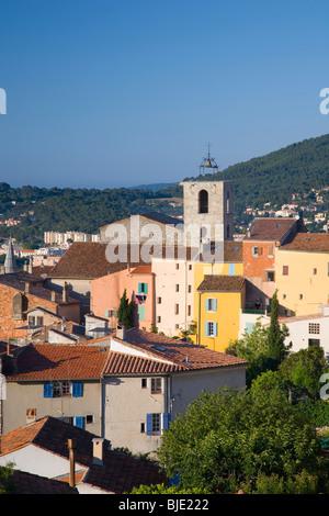 Hyères, Provence, Frankreich. Blick über die alten Dächer der Stadt von Parc St-Bernard, Turm des Collégiale St - Stockfoto