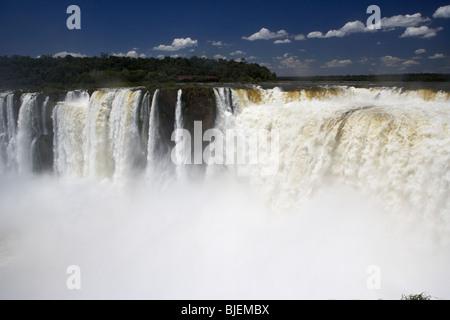 auf der Suche nach unten in die Devils Throat Garganta fällt del diablo von Mitra und Union Iguazu Nationalpark - Stockfoto