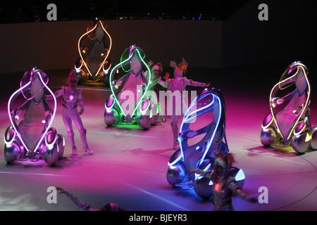 """Toyota """"i-Unit"""" Konzeptfahrzeuge und Tänzer führen in eine Show im Toyota-Pavillon auf der World Expo 2005, Japan. - Stockfoto"""