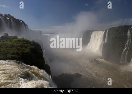 fließt über Iguazu Wasserfälle aussehende zur Garganta del diablo Teufel Kehle brasilianischen Seite Iguaçu Nationalpark - Stockfoto