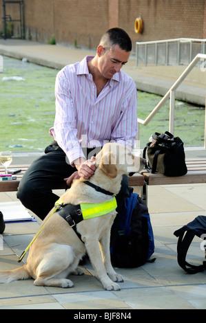 Blindenhund für Blinde mit Trainer London England Großbritannien UK - Stockfoto
