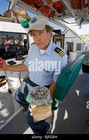 Captain Charles Moore zeigt Kunststoff Proben gesammelt in die North Pacific Gyre. Long Beach, Kalifornien, USA. - Stockfoto