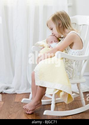 große Schwester mit ihrem Neugeborenen Bruder - Stockfoto