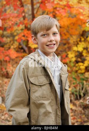 Lächeln auf den Lippen schön preteen stehen im Freien in Herbstfarben - Stockfoto