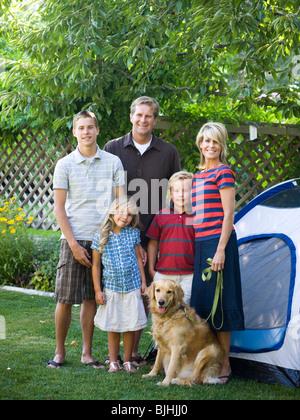 Familie im Hinterhof mit einem Zelt - Stockfoto