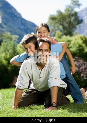 Vater mit seinen beiden Kindern im park - Stockfoto