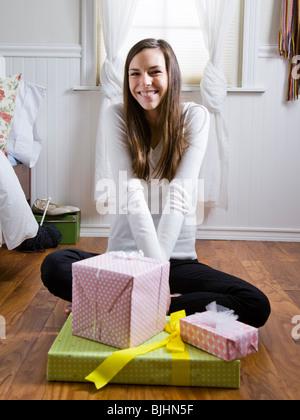 Frau Verpackung präsentiert in ihrem Zimmer - Stockfoto