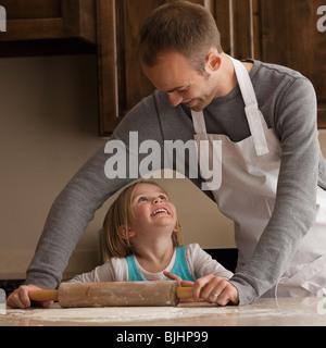 Vater und Tochter Backen - Stockfoto