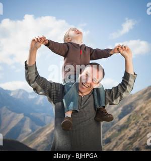 Vater und Sohn im freien - Stockfoto