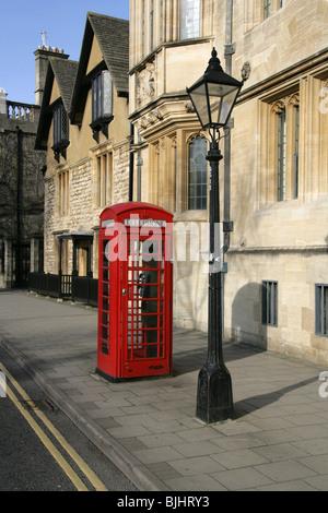 Rote K6 Telefonzelle und Lampe, Stadt Oxford, Oxfordshire, Vereinigtes Königreich - Stockfoto