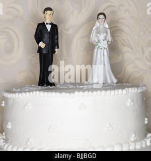 Hochzeitstorte visuelle Metapher mit Figur Tortenaufsätze - Stockfoto