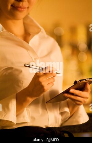 Kellnerin, die Bestellung des Kunden - Stockfoto