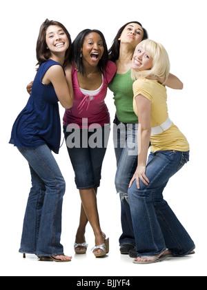 Vier Frauen umarmten und lächelnd - Stockfoto