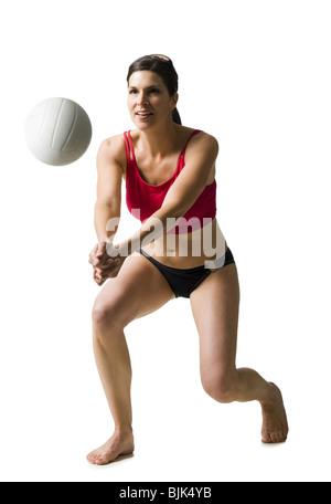 Frau im Bikini Volleyball spielen - Stockfoto